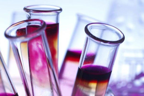 Tubi di laboratorio contenenti un liquido di vari colori