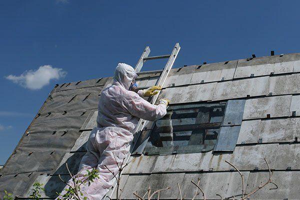 Operatore salito al tetto facendo una riparazione