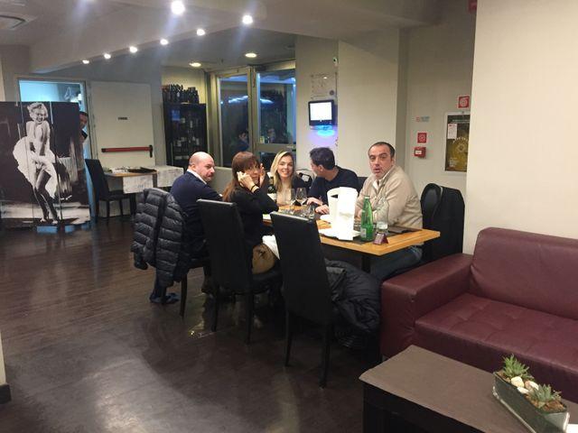 Tavolo con persone che cenano nel Bistrò 21 a Roma