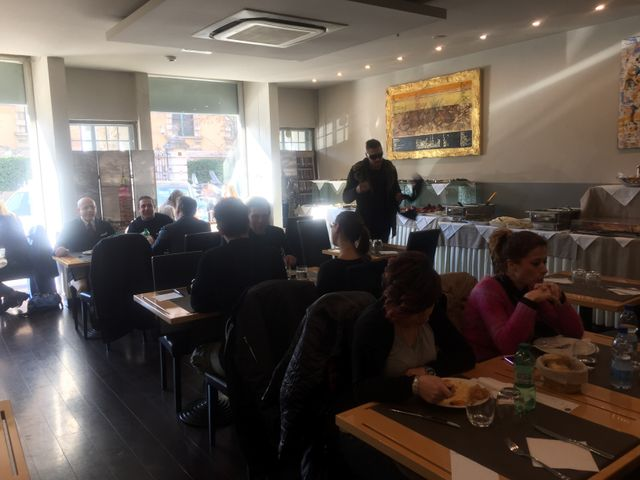 Persone che pranzano presso il Bistrò 21 a Roma