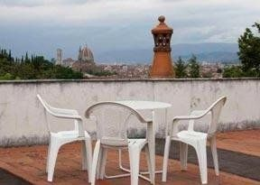 tavolino e sedie su una terrazza