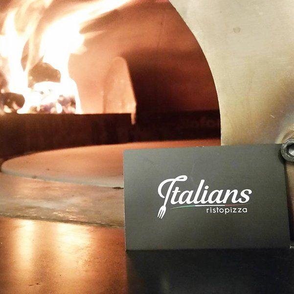 carta del ristorante a destra del forno di pizza