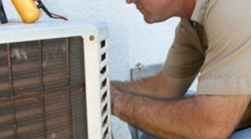 tecnico per elettrodomestici ripara una lavastoviglie