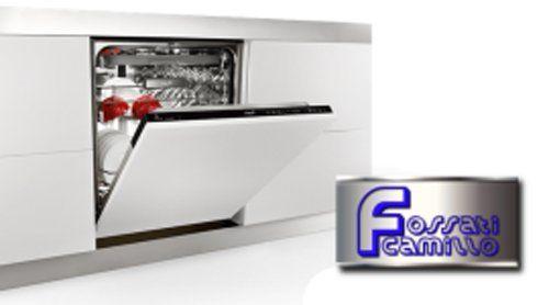 lavastoviglie bianca con sportello aperto