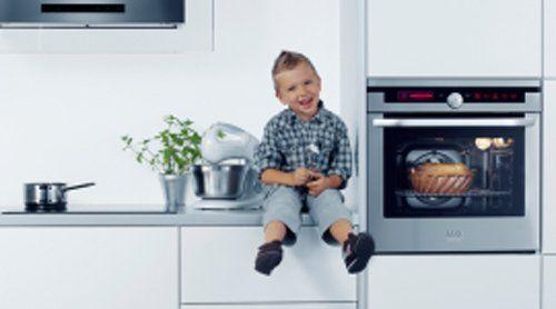 bambino felice in una cucina con forno