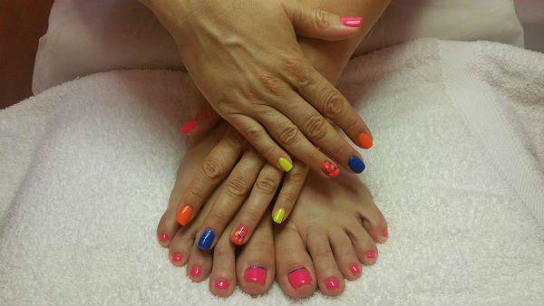 Mani e piedi con smalto sulle unghie