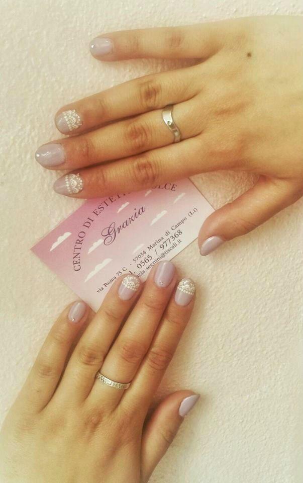 una business card tenuta tra delle mani femminili