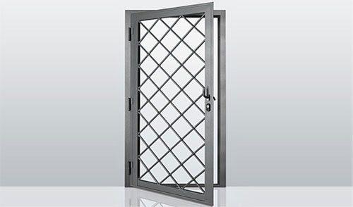una porta di ferro con griglia anti intrusione