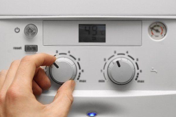 Mano configurando la temperatura a Ravenna