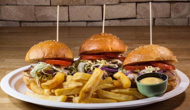 un piatto con tre burger