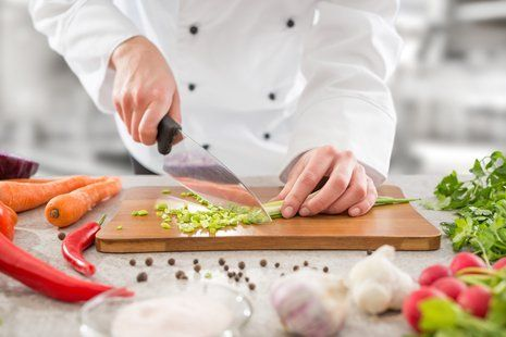 cuoco taglia un cipollotto