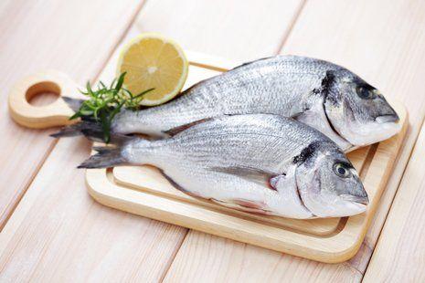 due pesci su un tagliere