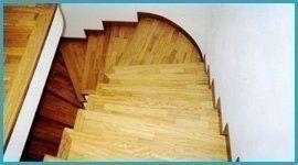 delle scale a curva in legno