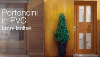 una porta in legno accanto due vasi con delle piante