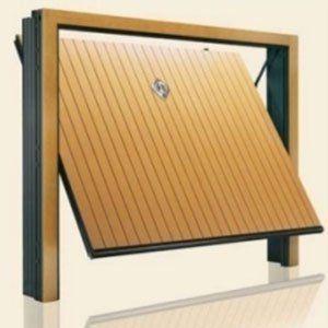 una porta in legno chiaro di un garage semi aperto