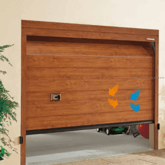 porta in legno marrone di un garage