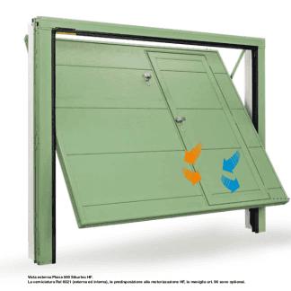 porta verde di un garage con una porticina