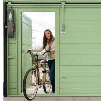 una donna con una bici che esce da una porta