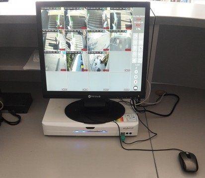 un monitor e delle immagini della sorveglianza