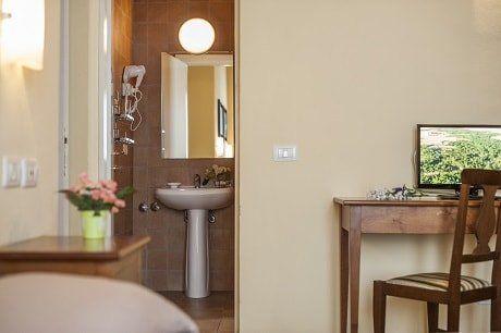 vista stanza con  bagno sullo sfondo