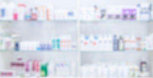scaffali con articoli farmaceutici