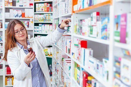 farmacista cerca prodotto
