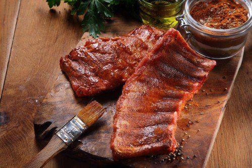 della carne su un tagliere