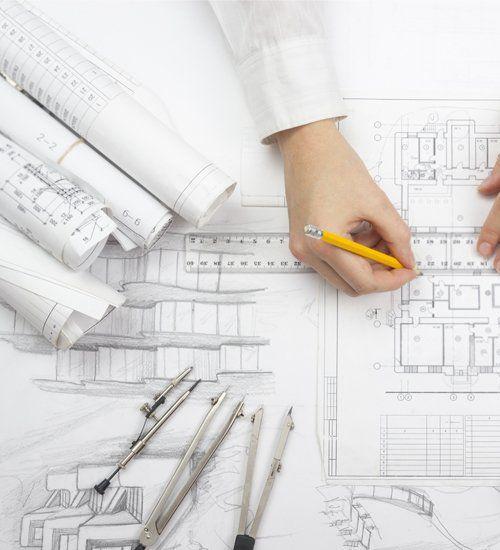 Una mano che disegna un progetto architettonico a matita