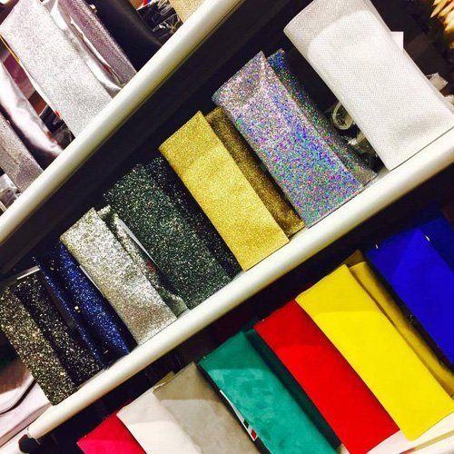 borse di vari colori su alcuni scaffali