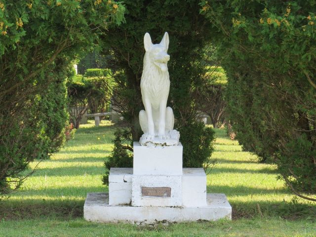 URNS, CASKETS, MARKERS AND MONUMENTS FOR PETS