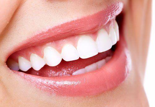 immagine di una bocca di una donna che sorride vista da vicino