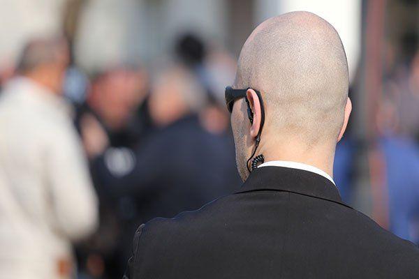 Persona con apparecchio di ascolto a presidiare