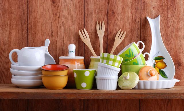 Set di utensili da cucina sul tavolo u foto stock yingko
