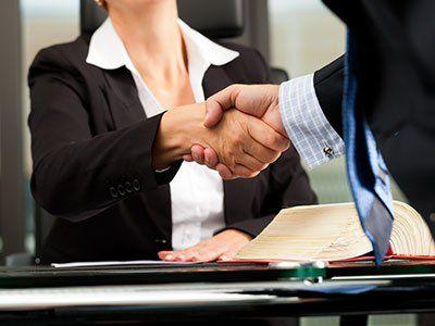 una stretta di mano tra un uomo e una donna