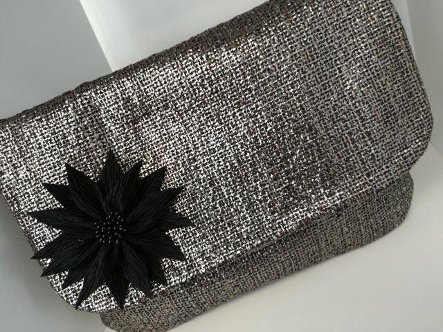 pochette in stoffa argentata con fiore nero