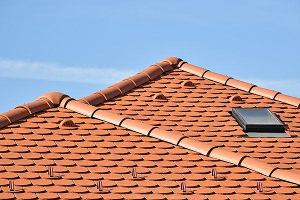 un tetto con vista di un lucernario
