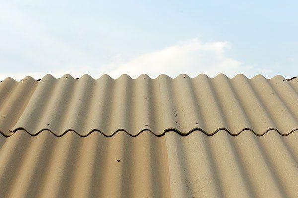 un tetto di color grigio in amianto