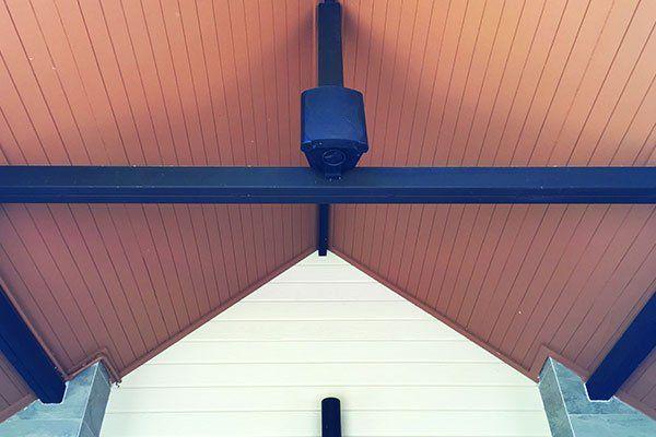 un tetto visto da sotto con delle travi in legno scuro