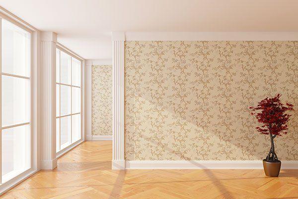 una stanza con carta da parati color champagne con disegni a fiori