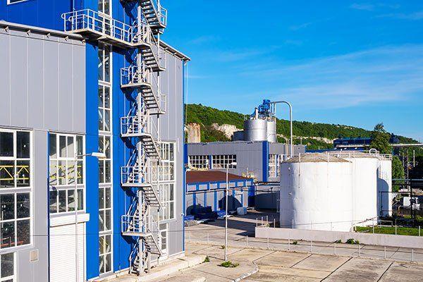 vista da lontano di un impianto industriale
