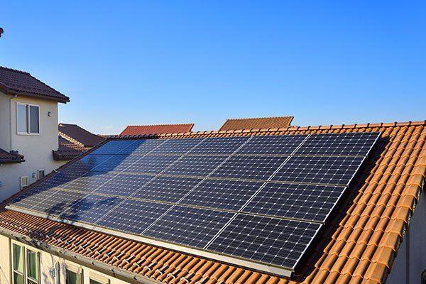vista da lontano dei pannelli solari su un tetto di una casa