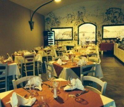 Vista del ristorante con tavole apparecchiate