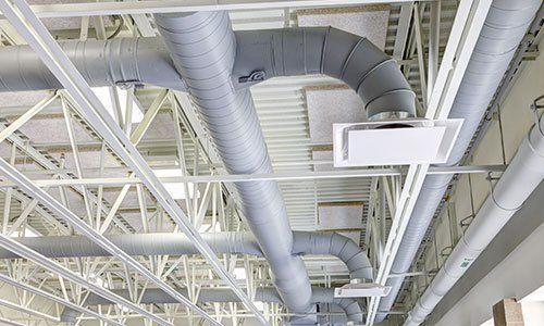 tubi e condutture in una costruzione moderna