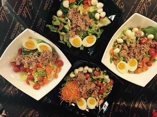 Insalate miste con tonno, uova e verdure miste