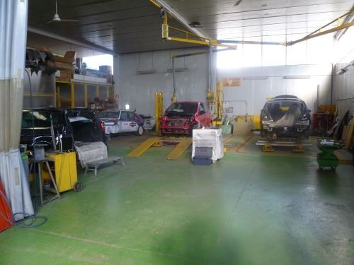 gli interni della carrozzeria con macchine e attrezzatura in vista