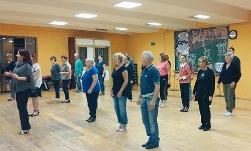 delle persone in piedi in una sala da ballo