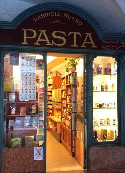vista dall'esterno del negozio con l'insegna con scritto gabriele Musso Pasta