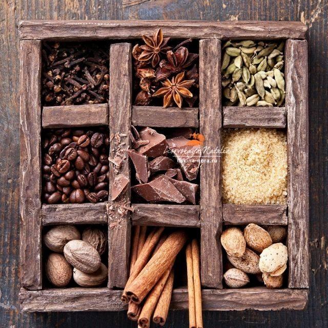 degli scompartimenti in legno con dentro delle spezie