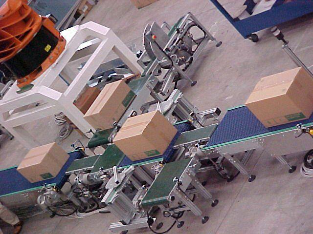 degli scatoloni su dei rulli in ferro