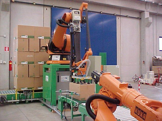 dei componenti di un impianto di automazione e dietro degli scatolini uno sopra l'altro